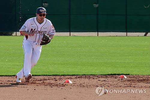 Park Byung-ho, first baseman of the Nexen Heroes, fields a grounder during the team's spring training in Surprise, Arizona, on Jan. 19, 2015. (Yonhap)