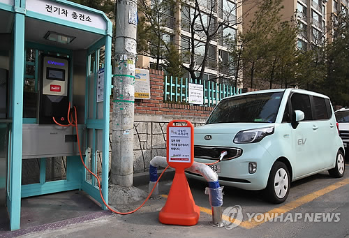Han Car users can charge their vehicles at the phone booth-turned EV stations, and it takes six hours to fully charge a vehicle. (image: Yonhap)