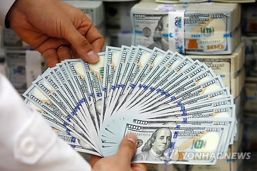 Korea's foreign exchange reserves reached US$362.2 billion as of the end of last month, falling $1.4 billion from December, according to Bank of Korea data. (image: Yonhap)
