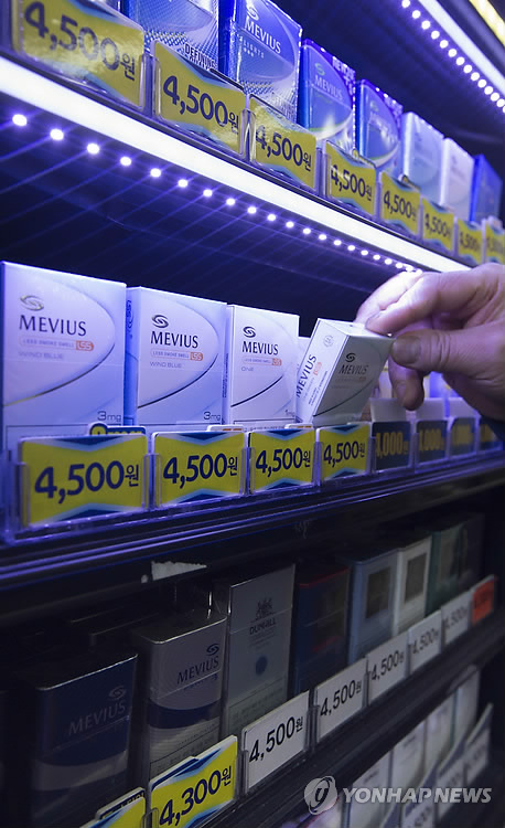 Foreign cigarettes, including Japan Tobacco's Mevius, outsold Korean brands for the first time in 29 years in January, market data showed on Feb. 1, 2015. (Yonhap)