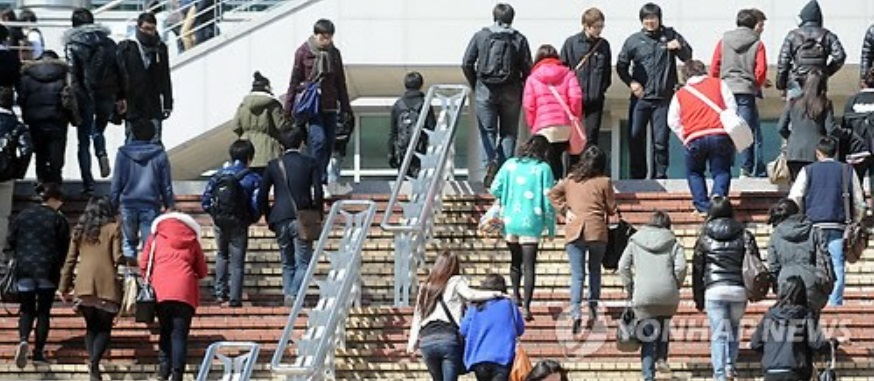 Six out of 10 students want to work abroad (image courtesy of Yonhap)