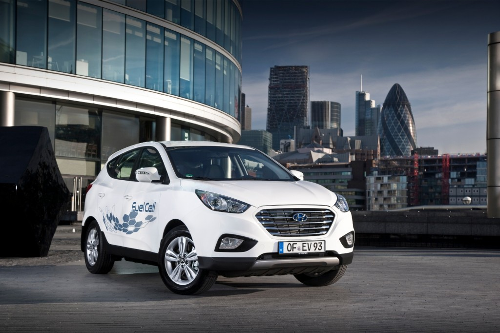 Earlier in the day, the carmaker said it will knock off the local price of the Tucson ix fuel cell electric vehicle (FCEV) by 43.3 percent to 85 million won (US$77,216.57) in an effort to popularize the eco-friendly vehicles and help the green car trend catch on in South Korea. (Photo courtesy of Hyundai Motor)