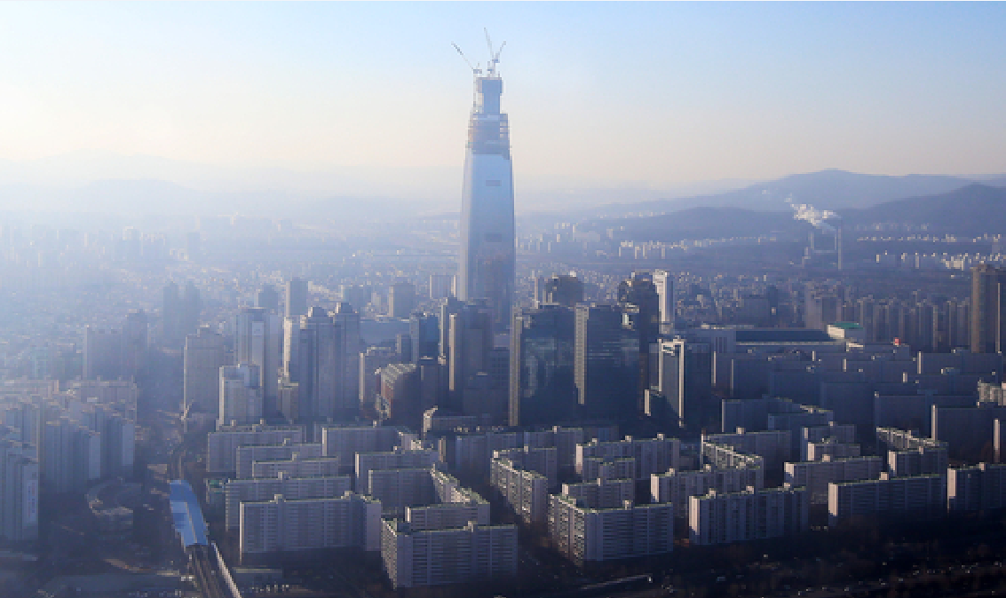 Construction on the Lotte World Tower will be completed by the end of this year. (image courtesy of Yonhap)