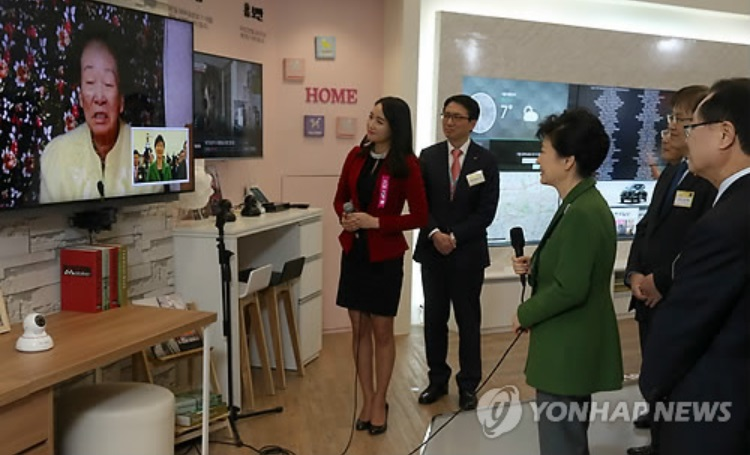President Park Geun-Hye helped bring raise national awareness about the system by making a video call to one of the senior citizens participating in the project on March 13, at a convention held for the Korean cable TV industry. (image courtesy of Yonhap)