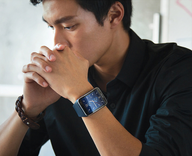Equipped with the new system, Samsung's Gear S can detect and distinguish a user's biological patterns and use them in the process of authentication for online payments. (image: Samsung Electronics)