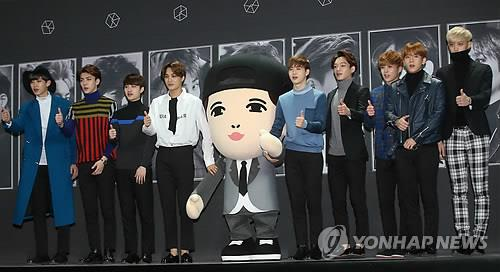 "South Korean boy group EXO poses for photos during a press conference in Seoul on March 30, 2015, to promote its second full-length album, ""Exodus."" (image: Yonhap)"