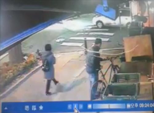 Upon receiving a report of the incident, a team of police officers went through CCTV footage from cameras near the crime scene, and spotted a middle-aged man carrying the bike. (image: Yonhap)