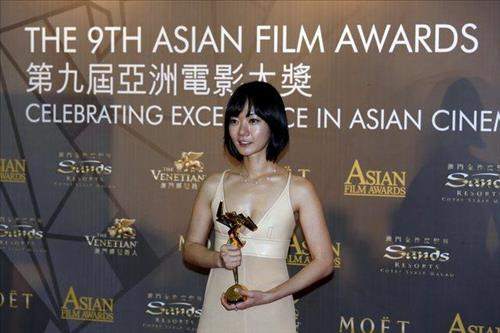 South Korean actress Bae Doona holds the best actress award at the ninth Asian Film Awards in Macau on March 25, 2015. (image: Yonhap)