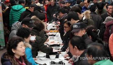 Market Vendors Hold Massive Free Pork Belly Tasting Party