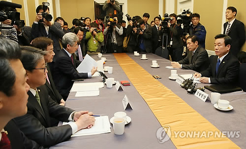 Police Commissioner Kang Sin-myeong(R) said the officers will be assigned to guard foreign envoys in South Korea even without their request if their safety appears to be at risk. (image: Yonhap)