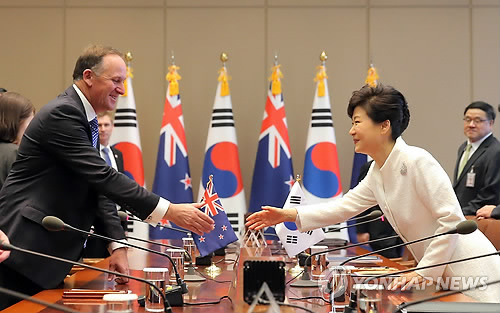 The signing ceremony -- a centerpiece of Key's visit to Seoul -- comes four months after the two countries announced they had struck a free trade agreement to boost bilateral trade and economic cooperation. (image: Yonhap)