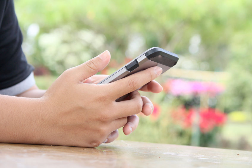 According to a survey, 29.2 percent of the adolescents were heavily dependent on smartphones last year, up sharply from 11.4 percent in 2011. (image: Korea Bizwire)