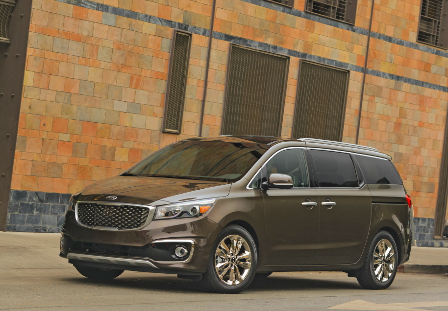 2015 Sedona was recognized by the Ward's editors for its impressive interior style, comfort, and overall execution. (image: Kia Motors America)