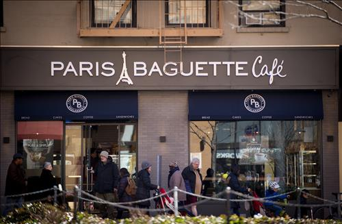 Customers visit a Paris Baguette branch in the Upper West Side of Manhattan, New York, on April 1, 2015. (image: SPC Group)