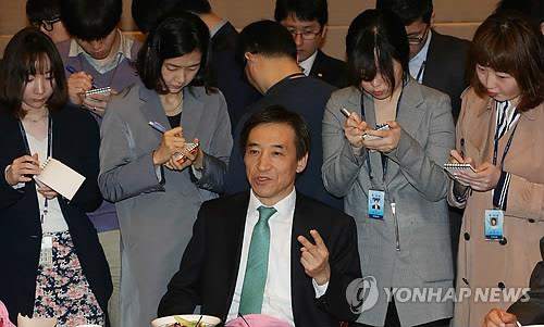Bank of Korea Gov. Lee Ju-yeol speaks to reporters at the central bank headquarters in Seoul on April 28, 2015. (Image: Yonhap)