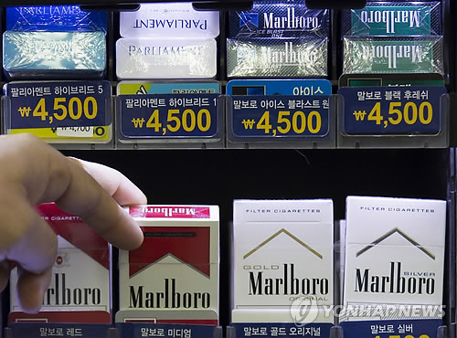 The Korean armed forces opened the tobacco market for soldiers to foreign brands in 2006. However, as none of the foreign brands have succeeded in offering their products so far, voices have been raised about the objectivity behind the brand selection process. (image: Yonhap)