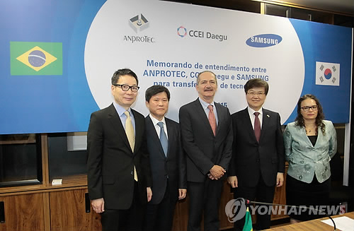 """Under the agreement with the Brazilian Association of Science Parks and Business Incubators, an organization that supports startups, Samsung will share the """"creative economy business models"""" with Brazilian firms and provide necessary support so that they can generate stable profits. (image: Yonhap)"""