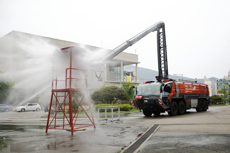 The unmanned fire truck can pierce through 52cm-thick walls or tempered glass with its remote-controlled 'destroyer' cherry-picker. (image: Busan Metropolitan City Fire Safety Headquarters)