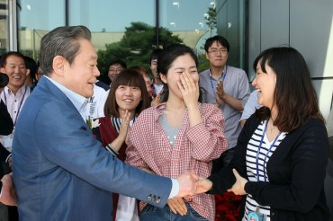 Samsung Workers Wish Chairman Lee a Speedy Recovery