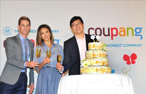 U.S. actress Jessica Alba (center) poses with Coupang CEO Kim Beom-suk (R) and Christopher Gavigan, co-founder of The Honest Company on May 28, 2015 to announce the business deal between the two companies. (Image: Coupang)