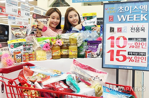 PB goods are usually 20 to 30 percent cheaper than other brand goods, and as they are becoming increasingly popular, more customers are building trust in certain brands. (image: Yonhap)