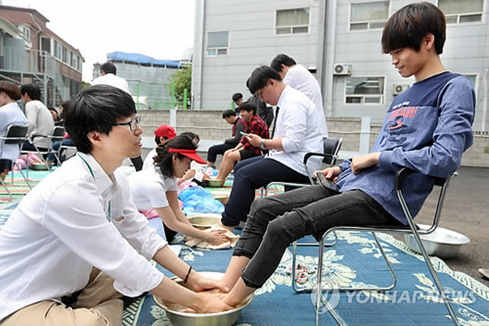 Seongji High School has been holding this event where teachers wash the feet of their students as part of Korean Teacher's Day celebrations. (image: Yonhap)