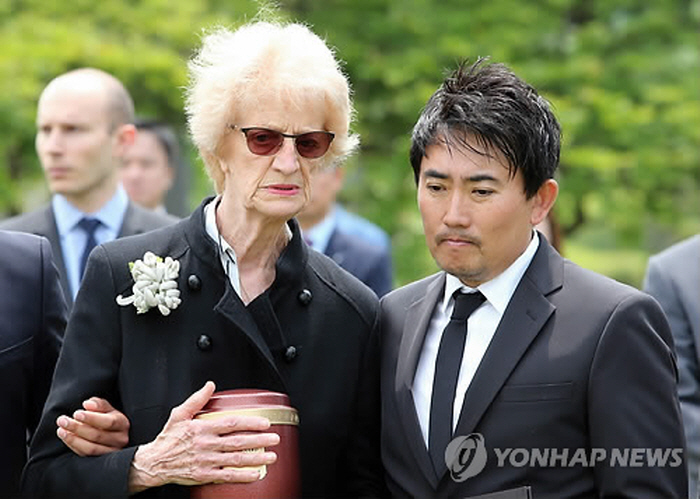 Singer Lee Seung-Chul had been a good friend to Mr. and Mrs. Bernard, as Lee welcomed Mr. Bernard's first visit to Korea after the war. (image: Yonhap)