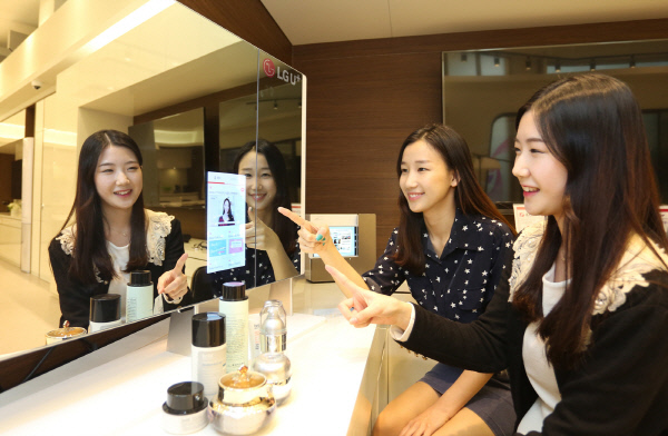 Users will be also provided with video and magazine content on tailored skin care product collections, based on information collected by the mirrors. (image: LG Uplus)