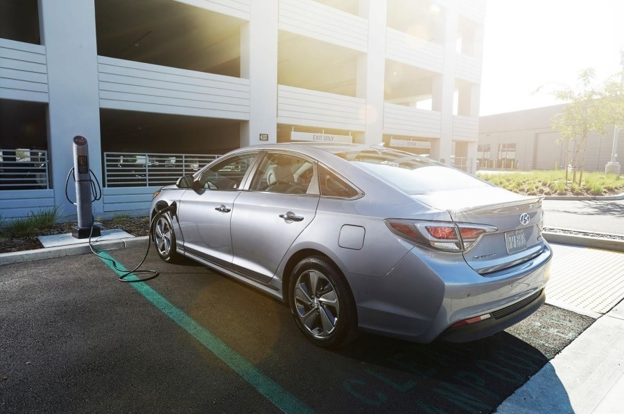 The launch of the Sonata PHEV would signal the full-swing start of competition in the eco-friendly market where other carmakers also seek to unveil their own models. (image: Hyundai Motor)