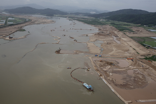 According to the Ministry of Environment, the stay time from Andong Dam to its estuary was 168.08 hours, which means that it takes 168.08 hours for floating objects to travel the 334.4km from Andong Dam to reach its estuary. Before the project, it only took 31.42 hours. (image: Wetlands & Birds Korea/flickr)