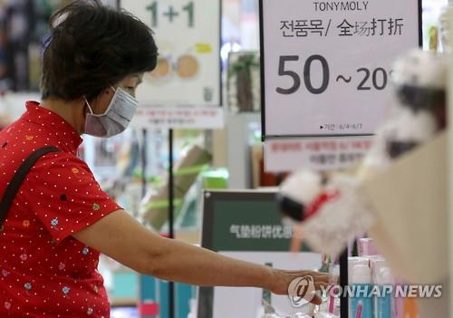 This picture photographed on June 7, 2015 shows a shopper wearing a mask amid the spread of Middle East Respiratory Syndrome (MERS). 150 infections have been reported and 16 people have died from the viral respiratory illness. (image: Yonhap)