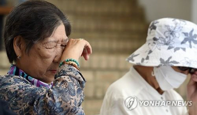 Kang Il-chul (L), a former sex slave who worked at Japan's military brothels during World War II, wipes tears from her eyes during a press conference at the House of Sharing in Gwangju, Gyeonggi Province, on June 23, 2015. (image: Yonhap)