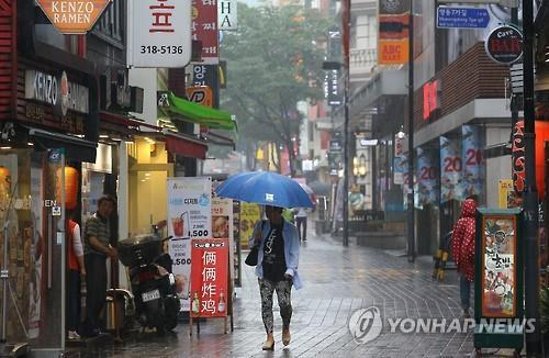 Myeongdong, a popular shopping district in downtown Seoul, is quiet as foreigners have cancelled their trips amid the outbreak of Middle East Respiratory Syndrome (MERS). (image: Yonhap)