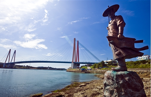 Unlike other statues that depict Admiral Yi with a long sword and dignified face overlooking the front sea of Joseon, in the statue to be trademarked, the admiral holds a map rather than a sword, and is wearing common clothes, not soldier's armor. (image: Haenam County)