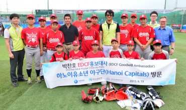 Ex-MLB Pitcher Park Chan-ho Gives Equipment, Free Lesson to Vietnamese Youth Team