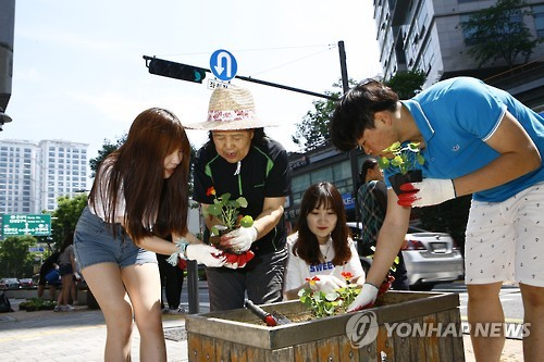 Konkuk University Students Continue Guerrilla Gardening Tradition
