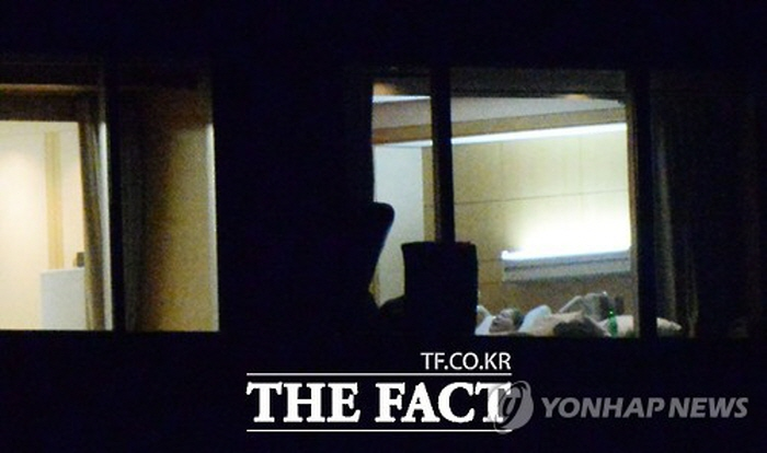 Online news portal The Fact released photos of him lying in bed in a VIP room at the hospital, and receiving reports from Samsung executives. (image: The Fact / Yonhap)