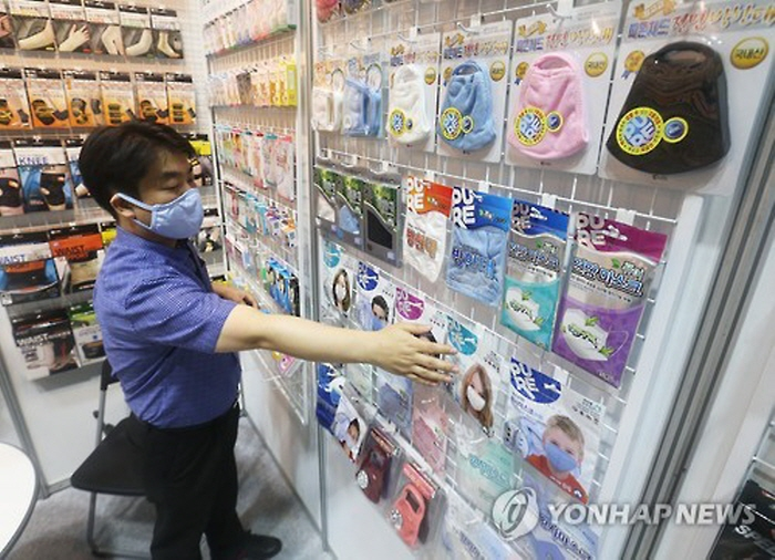 Sales of masks jumped 710.6 percent between May 28 to June 3 compared to the same period in 2014. (image: Yonhap)
