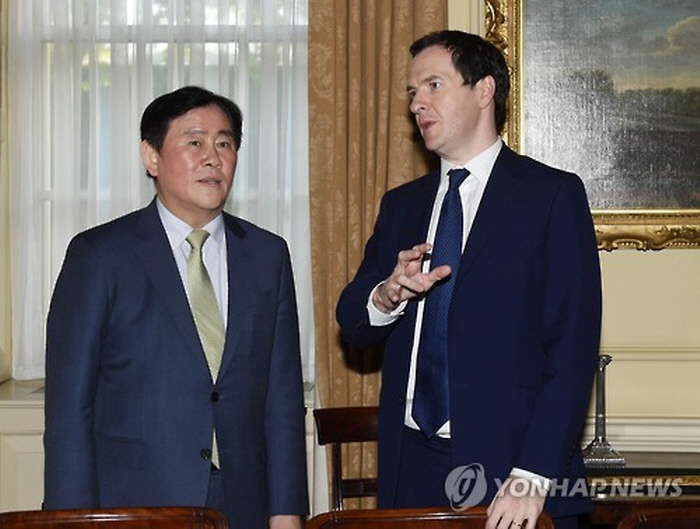 In a meeting in London, Choi Kyung-hwan and his British counterpart, George Osborne, stressed that the two countries have complementary industrial structures that allow for cooperation in a wide range of areas. (image: Yonhap)