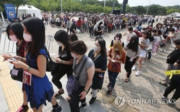 24,000 Masked Fans Cheer for TVXQ amidst MERS Concerns