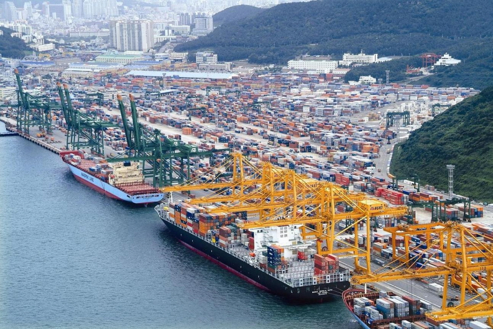 Korean exports have decreased for five months in a row, and their rate of decline is the highest in 6 years since August 2009, right after the global recession. (image: Korea Port Logistics Association)