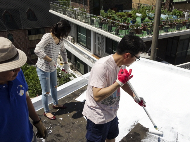 "Seoul city has named the campaign ""Cool Rooftop House"", and started to promote the project with a party thrown on the rooftop of the Dongdaemun Shoe Market building on Cheonggyecheon Street on June 21. (image: Seoul Metropolitan Office)"