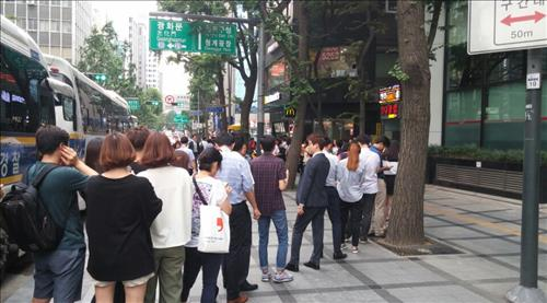 People are standing in line to buy the 'Minion Happy Meal Special Set'. (Image : Yonhap)