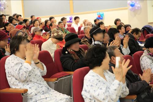 Smile therapy turned out to boost the self esteem of cancer patients, and make them feel better. (Image : Yonhap)