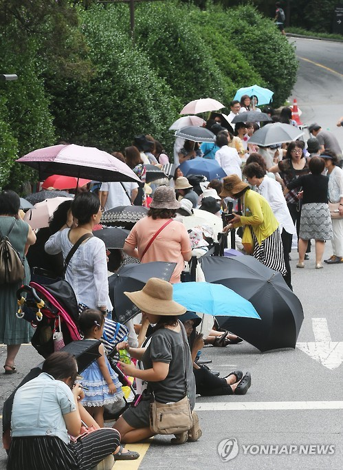 A large number of Japanese fans gathered in front of the management building as well as Walkerhill Hotel. (Image : Yonhap)