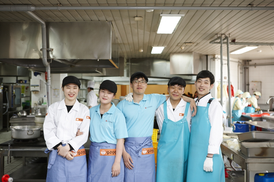According to Konkuk University, 60 of its students volunteered to work as part-timers and earned 480 meal tickets. They were able to donate those tickets to 48 students in need. (image: Konkuk University)