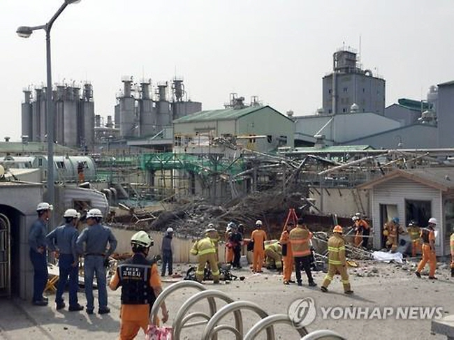 Fire officials investigate the scene of a chemical explosion that occured around 9:19 a.m. on July 3rd, 2015, at a chemical plant run by Hanwha Chemical Co. in Ulsan. (image: Yonhap)
