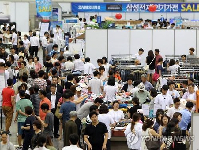 Lotte Department Store holds a special sale on July 23, 2015, at KINTEX, an exhibition center outside of Seoul, as part of efforts to boost consumption. (Yonhap)