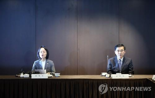 South Korea's Vice Health and Welfare Minister Chang Ok-ju (L) speaks at a joint meeting of government officials and private experts to discuss ways to deal with the MERS outbreak in Seoul on July 27, 2015.  (image: Yonhap)