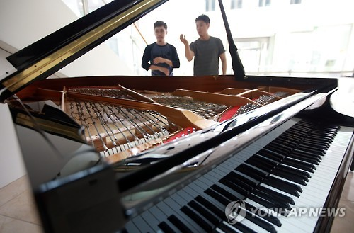'The Piano of Unification' will be exhibited in the lobby of the Seoul Museum of Art, as a part of the 'North Korea Project' Exhibition. (image: Yonhap)